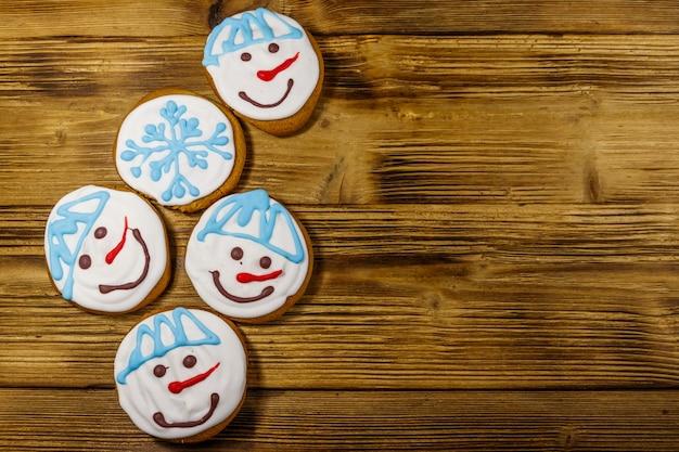 Biscotti di panpepato di natale su uno sfondo di legno. vista dall'alto, copia spazio