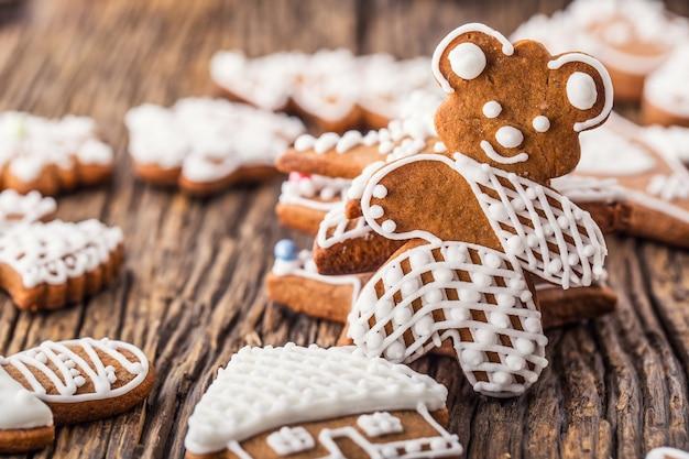 Natale. famiglia di panpepato con albero di natale e pasticceria di natale.