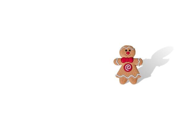 Ragazza dell'uomo di pan di zenzero di natale su fondo bianco isolato con lo spazio della copia. concetto e vendita di capodanno