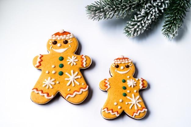 Pan di zenzero natalizio a forma di angelo su sfondo giallo, piatto laici.