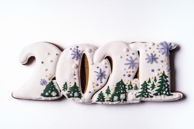 Pan di zenzero natalizio a forma di simbolo del nuovo anno 2021, piatto laici.
