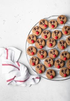 Biscotti di pan di zenzero di natale santa deer, vista dall'alto