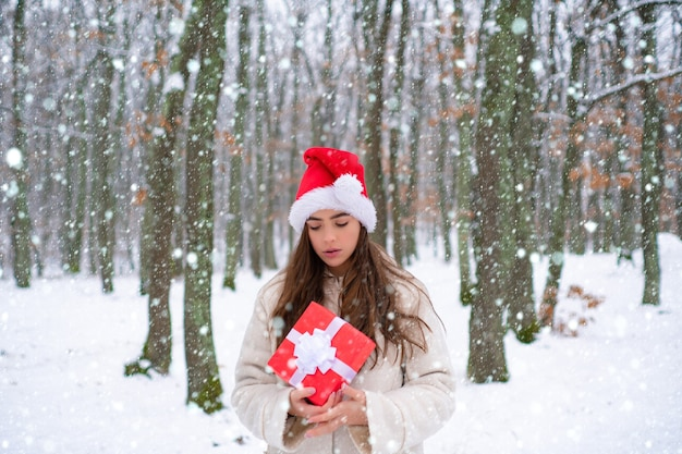 Natale ragazza neve efects ragazza che ride all'aperto all'aperto ritratto di giovane donna abbastanza bella ...