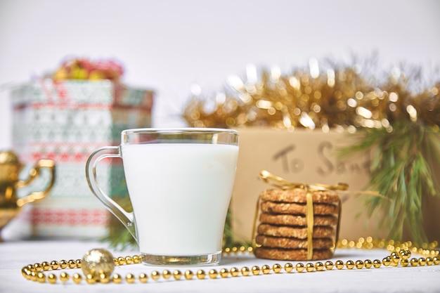 Bicchiere di natale con latte e biscotti per babbo natale in tavola