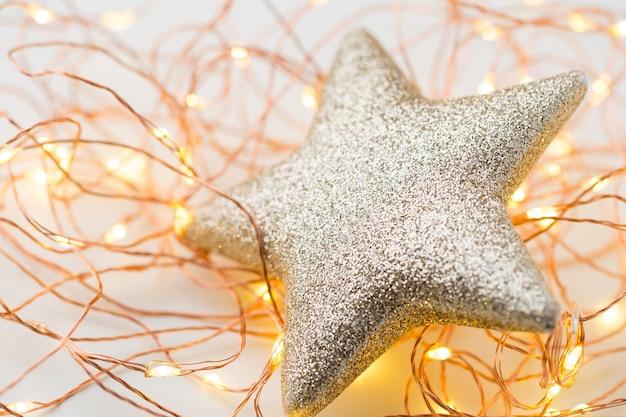 Decorazione di stelle d'oro di natale su sfondo astratto.