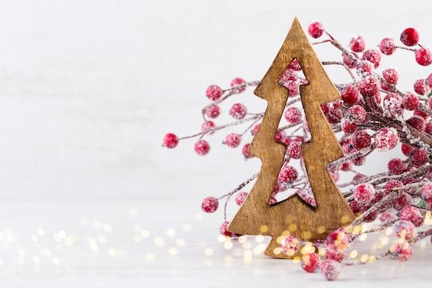 Biglietto di auguri di natale. ramo di albero di natale su glitter dorato bokeh luci sfondo