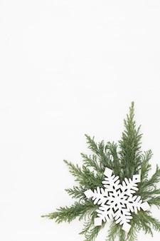 Biglietto di auguri di natale. decorazione su superficie di legno bianca. anno nuovo concetto. copia spazio. lay piatto. vista dall'alto.
