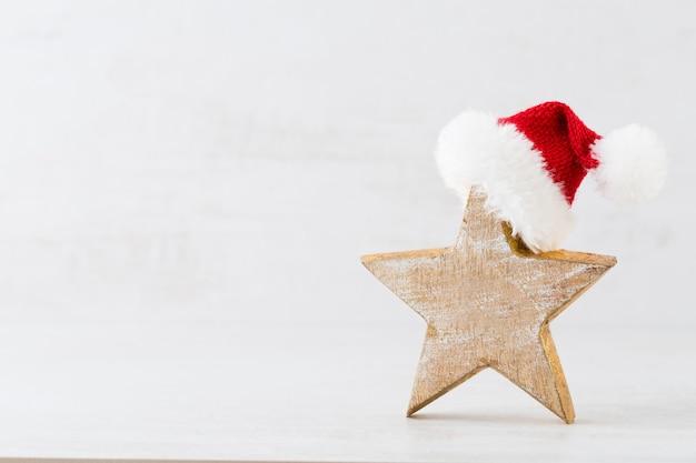 Biglietto di auguri di natale. decorazione festiva su sfondo grigio. anno nuovo concetto. copia spazio. lay piatto. vista dall'alto.