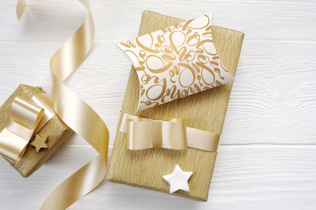 Testo di auguri di natale hohoho con nastro regalo d'oro