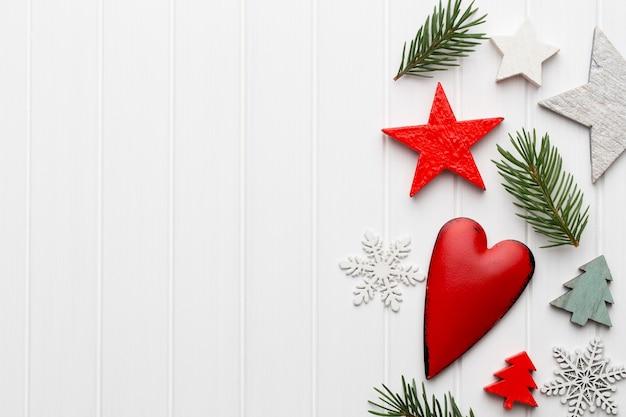 Biglietto di auguri di natale con decorazioni rustiche natalizie.
