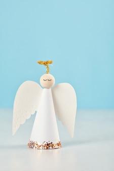 Biglietto di auguri di natale con angelo di carta