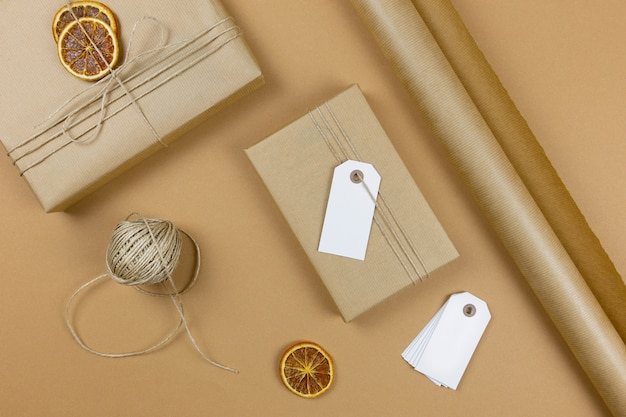Confezione regalo natalizia fatta a mano con etichetta su carta artigianale.