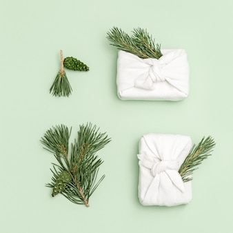 Scatola regalo natalizia fatta a mano o regali decorati con rami di abete naturale pigne verdi