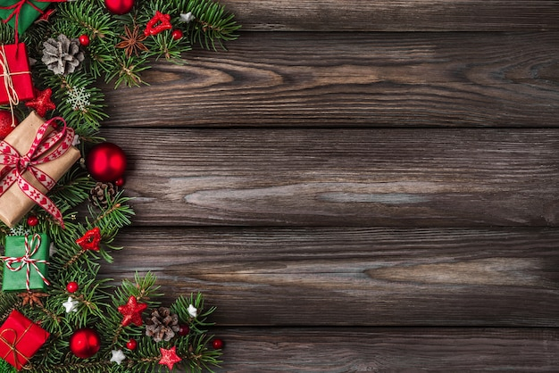 Natale o felice anno nuovo sfondo rami di abete decorazioni scatole regalo e pigne