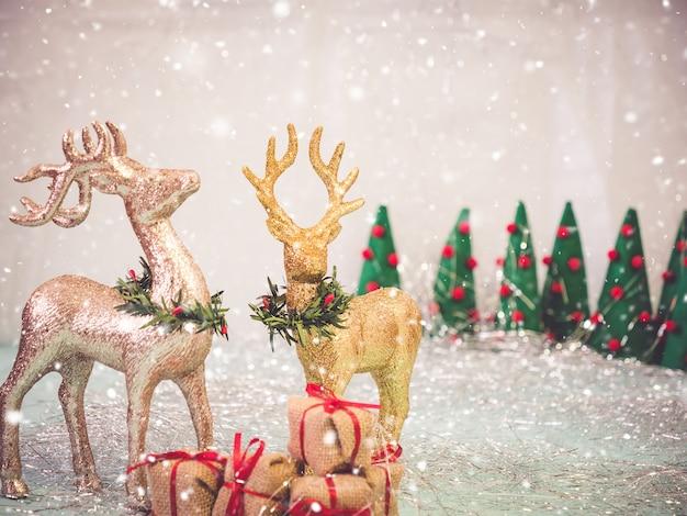 Sfondo di natale o felice anno nuovo con cervi e scatole regalo