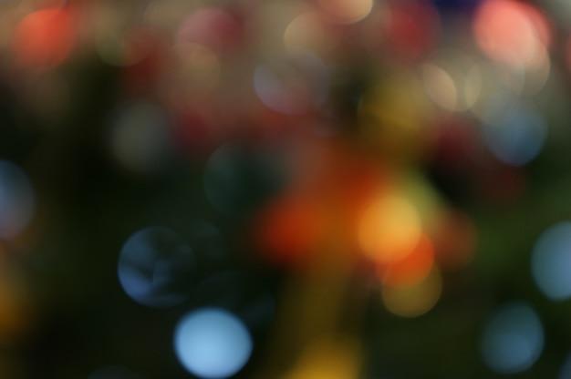 Natale e buon anno sul fondo vago dell'insegna dell'albero di natale del bokeh