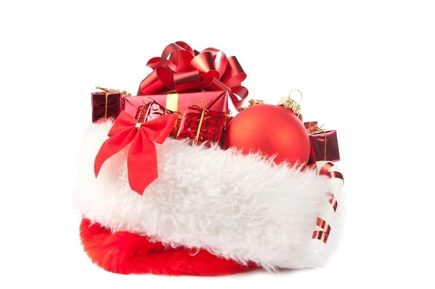 Cappello di natale pieno di ornamenti rossi