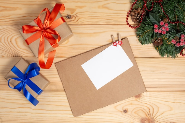 Sfondo vacanze di natale con albero di natale e decorazioni natalizie