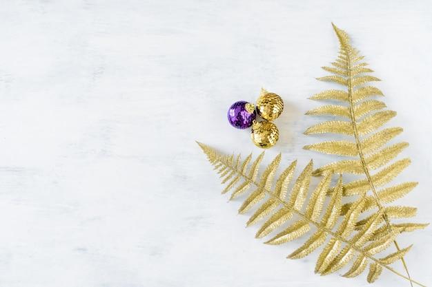 Tema festivo di vacanze di natale con l'ornamento di natale viola dorato