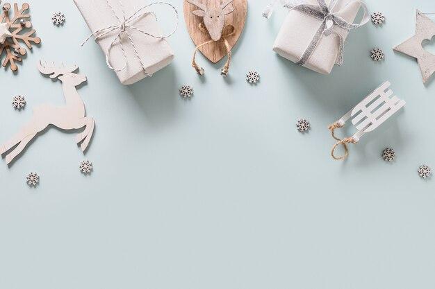 Cornice natalizia con decorazioni in legno bianco fai da te, renne, regali e fiocchi di neve