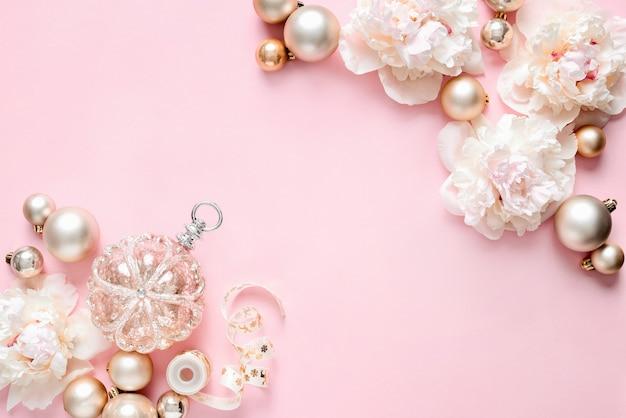Concetto di regali di lusso per le vacanze di natale con sfondo floreale moderno femminile di keynote di natale