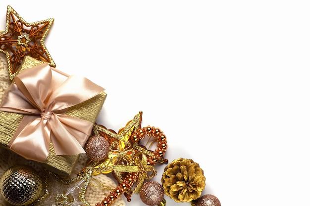 Fondo bianco di festa di natale con i giocattoli d'oro