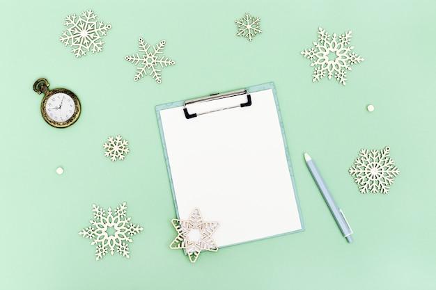 Concetto di vacanze di natale, preparazione per natale, mock up foglio bianco per la lista dei desideri.