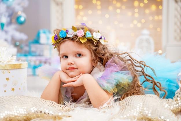 Decorazioni natalizie e festive con bambina in costume e tiara