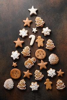 Biscotti fatti in casa di vacanze di natale disposti come albero.