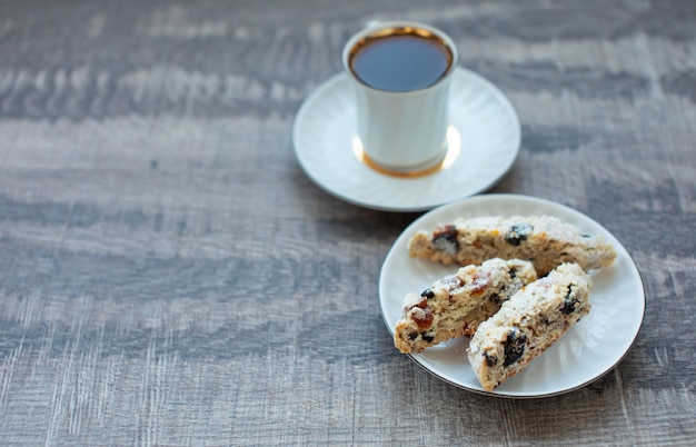 Biscotti di biscotti fatti in casa di natale con bacche secche e tazza di caffè