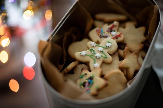 Biscotti di natale fatti in casa in latta di metallo con sfondo sparkle