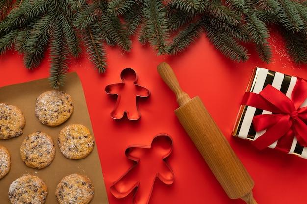 Biscotti fatti in casa di natale su un rosso