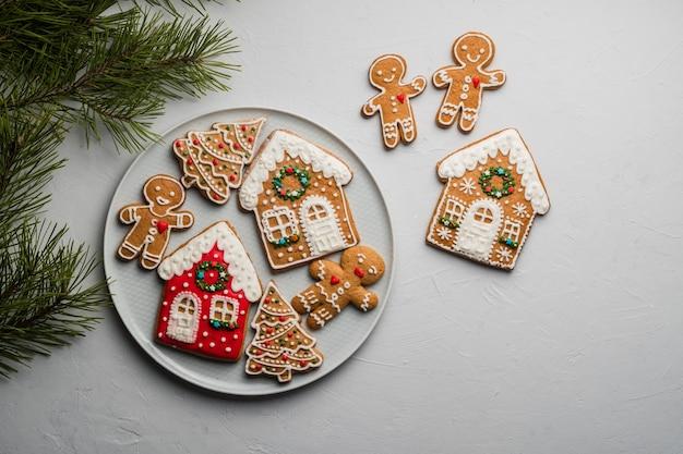 Biscotti di panpepato fatti in casa di natale su una superficie grigia