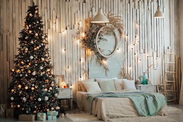 Interno di natale in una bella camera da letto luminosa.