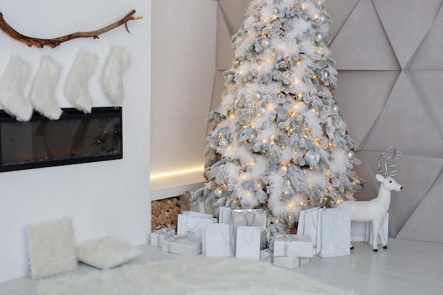 Interno di natale del soggiorno con albero di natale decorato