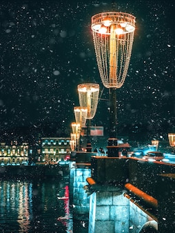 Lanterna di natale in inverno sulla strada a san pietroburgo.