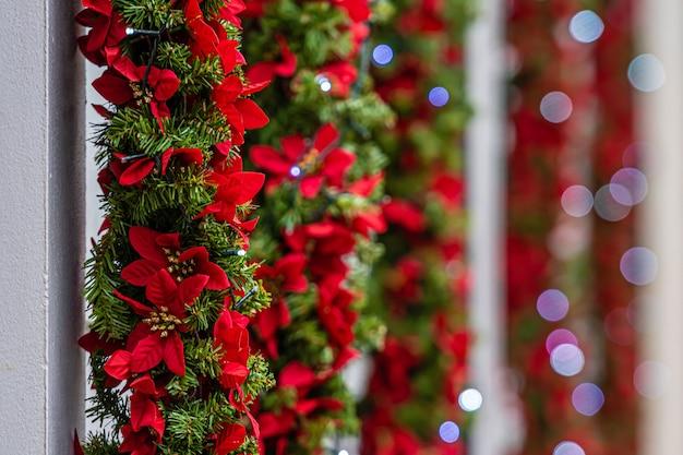 Luci natalizie e decorazioni sulla facciata dell'edificio