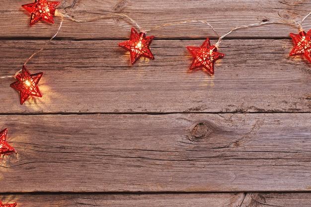 Luci di natale su fondo in legno