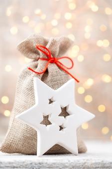 Borsa natalizia in lino per regali con giocattoli natalizi. decorazioni natalizie.