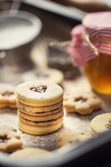 Natale linzer dolci e biscotti marmellata di zucchero in polvere in padella al forno.