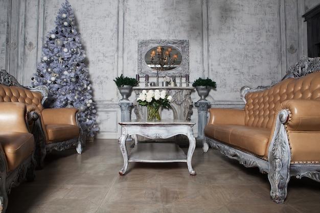 Soggiorno natalizio con albero. tonalità blu. buone vacanze.