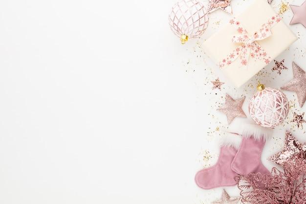 Composizione minimalista e semplice di natale in colore rosa