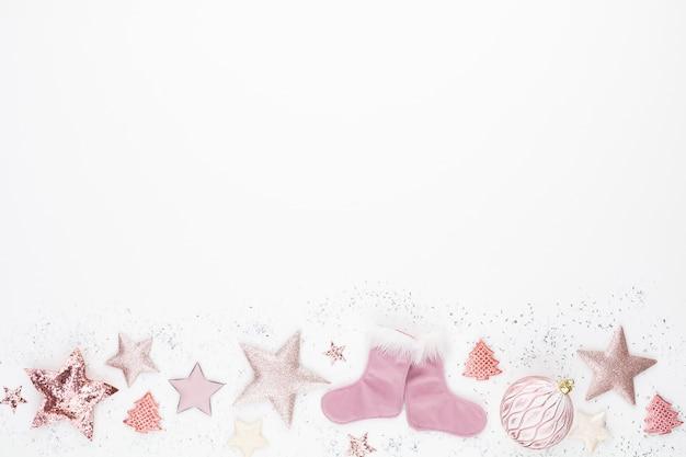 Composizione minimalista e semplice di natale in colore rosa.