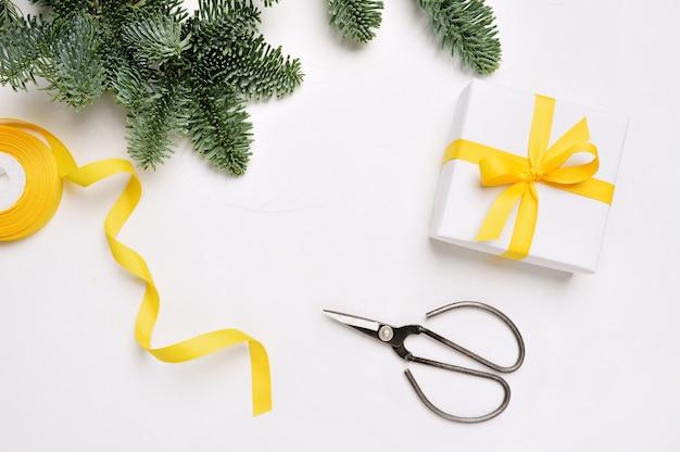 Natale mock up banner sfondo con fiocchi di neve confezioni regalo e forbici su sfondo di legno con place