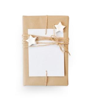 Modello di natale confezione regalo avvolta in carta riciclata marrone e vista dall'alto di corda a stella isolata su sfondo bianco