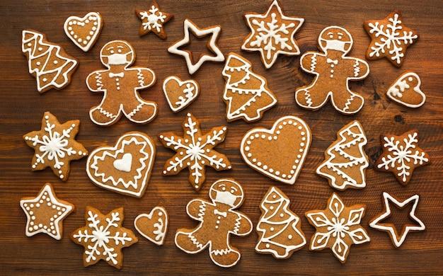 Biscotti di pan di zenzero fatti in casa in mosaico di natale con la forma di un uomo mascherato e altre figure per una dolce cena festiva