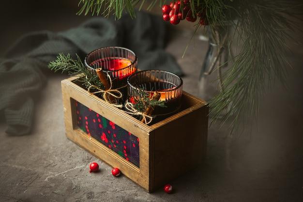 Natale vin brulè con spezie aromatiche e agrumi in una scatola di legno, close-up. bevanda calda tradizionale nel periodo natalizio