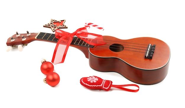 Concetto di musica di natale. ukulele con decorazione, isolato su bianco
