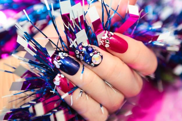Nail design natalizio con strass