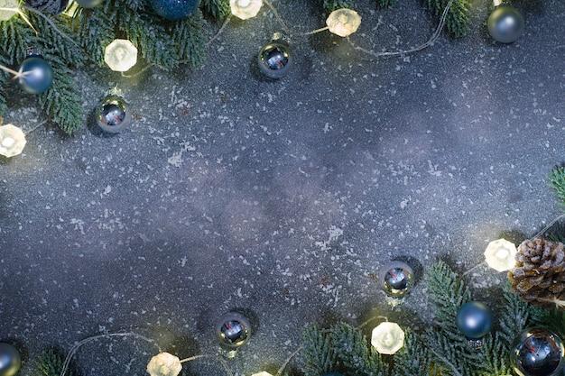 Sfondo di natale e capodanno decorato con ornamenti natalizi su uno sfondo di fata sfocato, scintillante e favoloso con bellissimo bokeh, spazio copia.